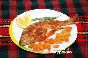 Как только рыба в сухарях прожарилась, сразу выложить ее на тарелку