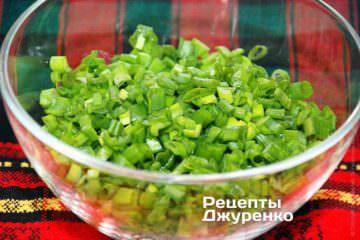 Зеленый лук нарезать острым ножом