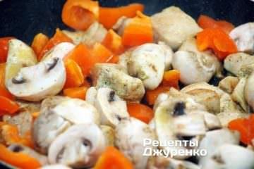 Добавить к филе нарезанные грибы и сладкий перец