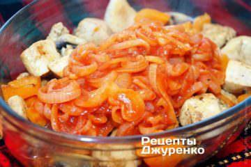 Готовым соусом залить выложенные в форму куриное филе с грибами и перцем