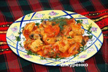 Готове куряче філе з грибами викласти на тарілку і посипати дрібно нарубаної зеленню кропу