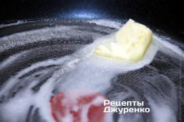На сковородке растопить кусочек сливочного масла