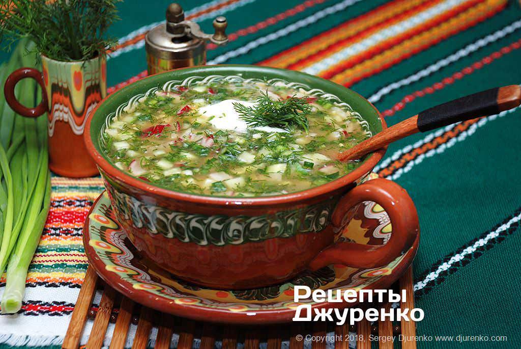 Готова страва Окрошка на квасі з овочами, шинкою та зеленню.