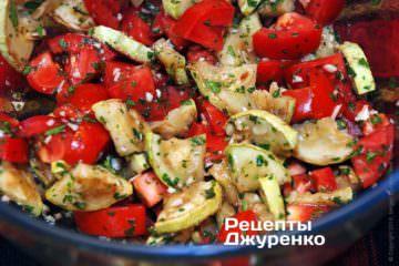 Осторожно перемешать салат