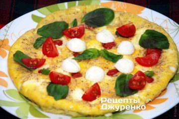 разложить базилик,  помидоры и моцареллу