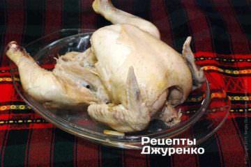 Обильно смазать курицу сливочным маслом