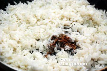 Жарить рис с добавлением соевого соуса