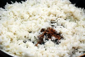 Смажити рис з додаванням соєвого соусу