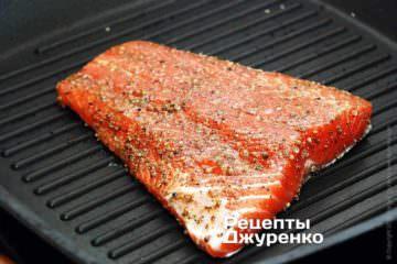 Рибу покласти на сильно розігріту сковорідку шкірою вниз