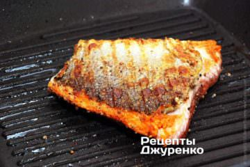 Потім рибу перевернути і смажити ще 5 хв