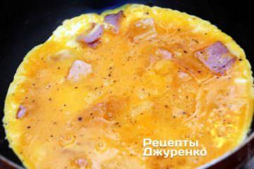 Вылить яйца на ветчину