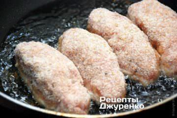 Подготовленные куриные котлеты обвалять в панировочных сухарях