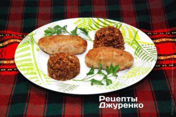 Готовые куриные котлеты выложить на тарелки и добавить гарнир