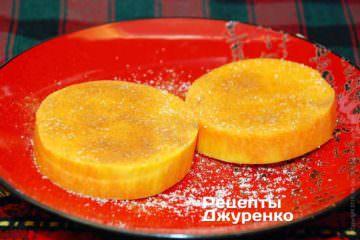 Посыпать очищенную тыкву небольшим количеством сахара, щепоткой корицы и щепоткой ванилина