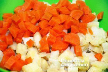 Відварені морквину і картоплю очистити і нарізати однаковими кубиками