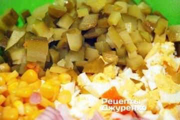 Квашені і свіжі огірки нарізати кубиками
