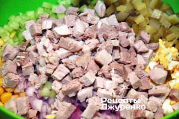 Остывшее отваренное свиное мясо нарезать на кубики размер по желанию