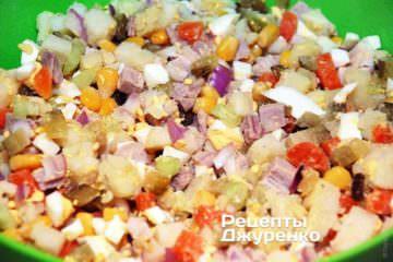 Сложить все нарезанные ингредиенты в глубокую миску и перемешать