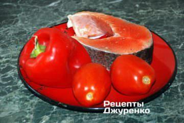 Стейк семги, томаты и красный перец