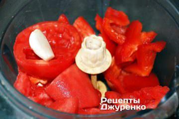 Измельчить помидоры, перец и чеснок