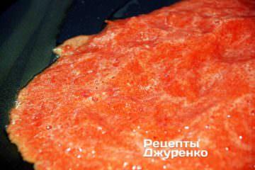 Влить на сковородку томатное пюре
