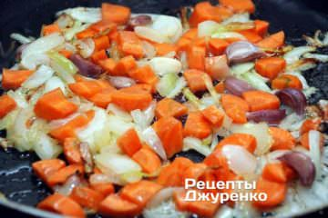 Добавить морковку и зубчики чеснока