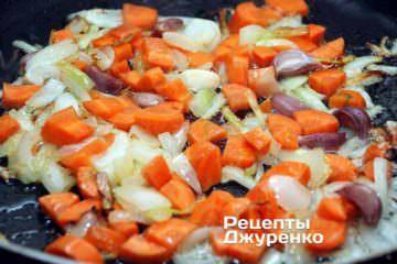 Додати морквину і зубчики часнику