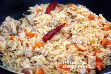 Свинина с рисом готовится при самом минимальном кипении жидкости