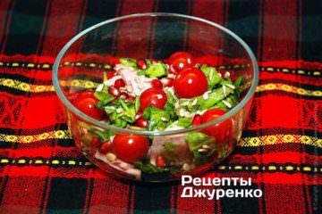 Зверху на салат з шинкою розкласти цілі помідори «чері»