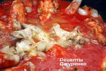 Коли крила і цибулю обсмажити, додати до них томатне пюре