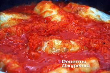 Обжаренные голубцы залить подготовленным томатным соусом
