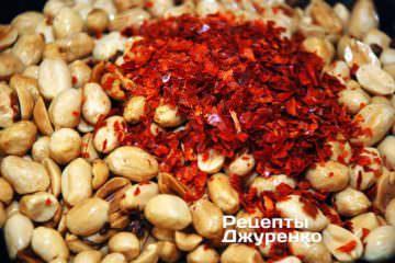 Добавить к жареному арахису нарезанный острый перец