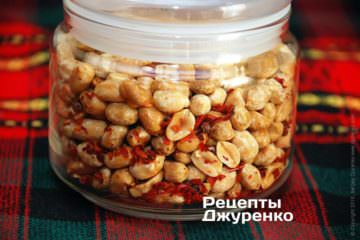 Хранить жареный арахис с перцем лучше в герметичной банке