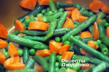 Отварить зеленые овощи и морковку