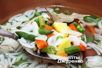 Добавить в суп из овощей нарезанный лук и картофель