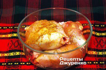 Обсыпать курицу специями