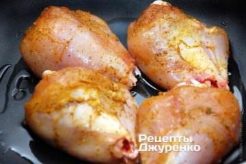 Выложить куски курицы в разогретое масло