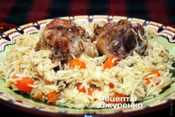 Разложить рис и курицу на тарелку