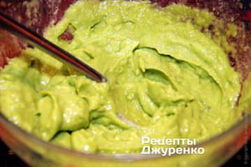 Измельчить авокадо