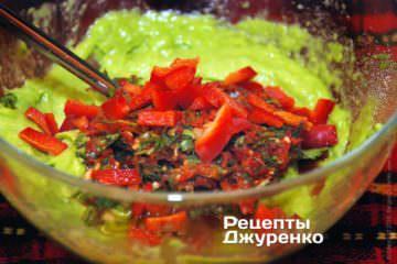 Змішати авокадо і подрібнені овочі