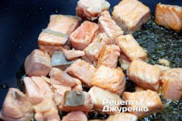 Обсмажувати рибу 1-2 хв