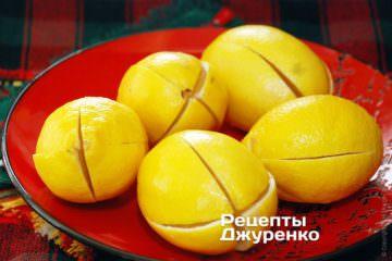 Надрізати кожен лимон навхрест по вертикалі на дві третини