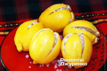 Наполнить разрезы лимона крупными кристаллами соли