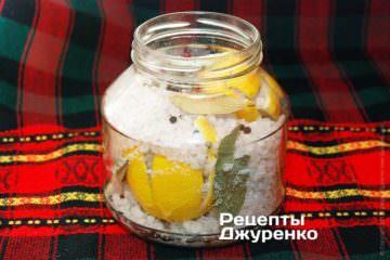 Уложить в банку лимоны
