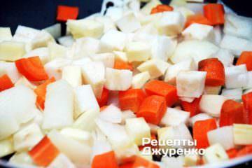 Обжарить нарезанные овощи