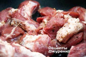 Мясо посыпать специями