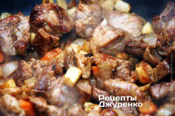 Смешать жареные свинину и овощи