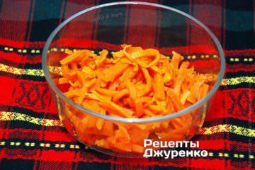 Переложить натертую морковку в салатник
