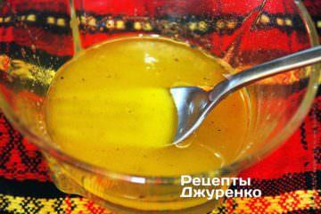 Смешать сок цитрусовых и масло
