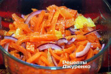 Полить морковный салат заправкой
